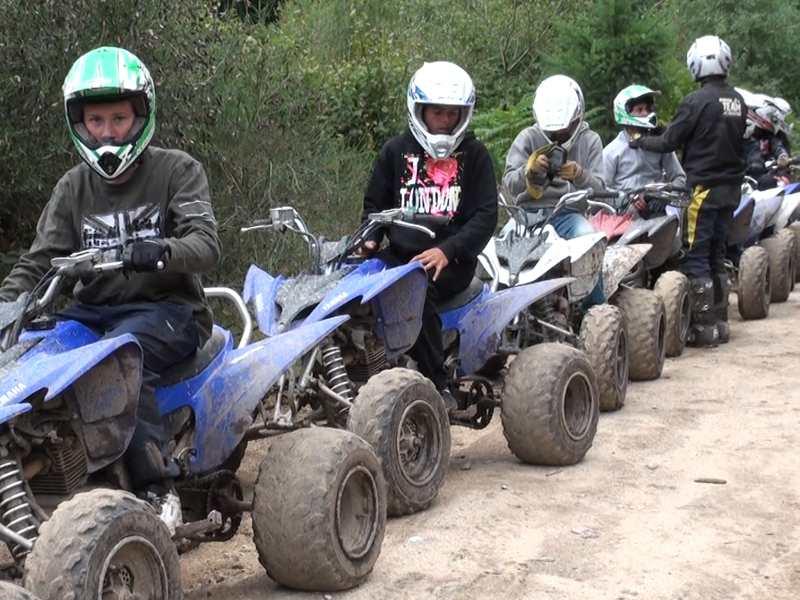 groupe d'enfants faisant du quad dans la foret en colonie de vacances de paques