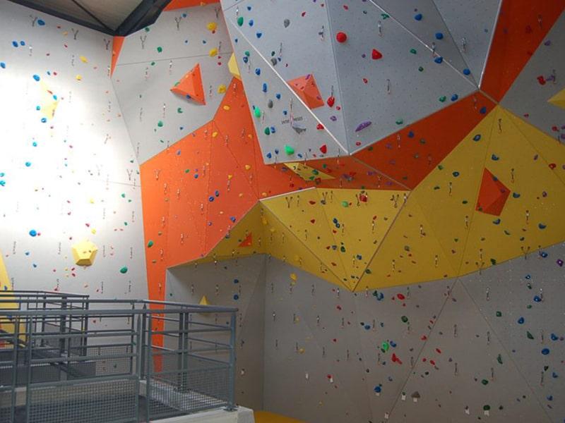 Vue sur le mur intérieur d'escalade sur le centre de colo de vacances à Monistrol mis à disposition des jeunes lors de leur séjour