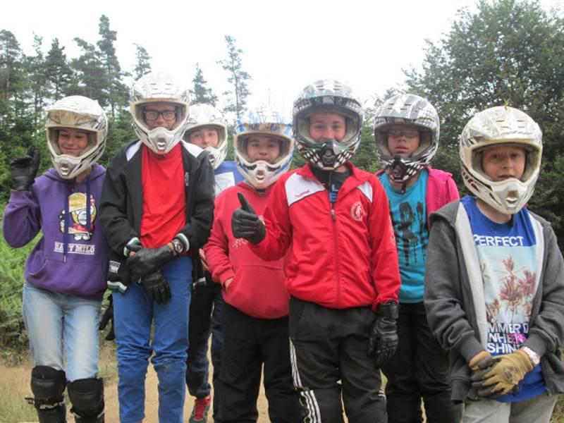 Groupe d'enfants portant un casque de moto en colonie de vacances