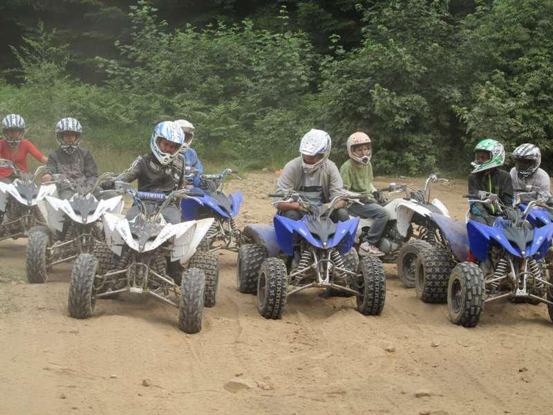 Adolescents conduisant des quad en colonie de vacances d'été