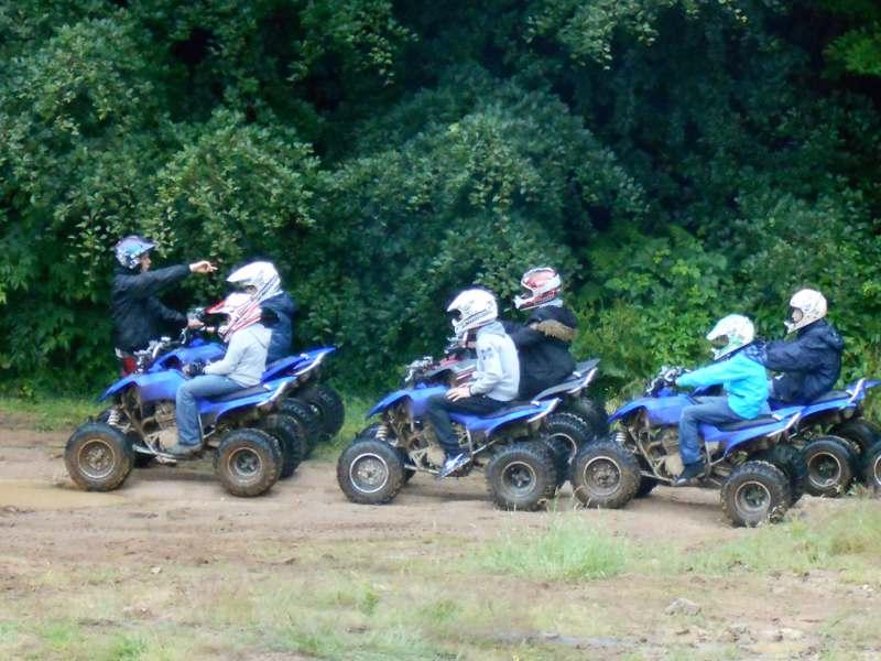 Adolescents conduisant un quad en balade en colonie de vacances d'été