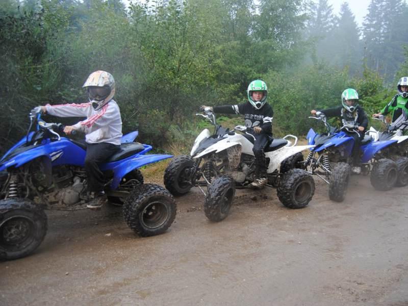Groupe d'ados et enfants en colo faisant du quad