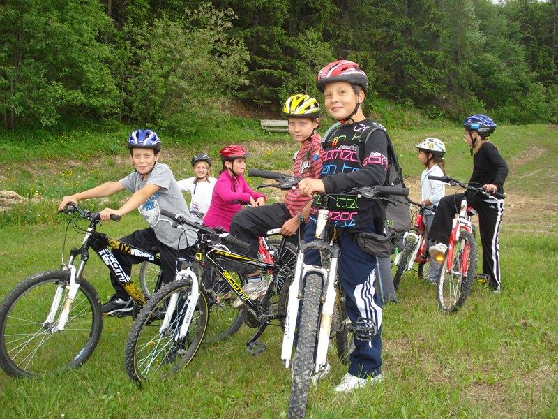 Groupe d'enfants à vélo en colo