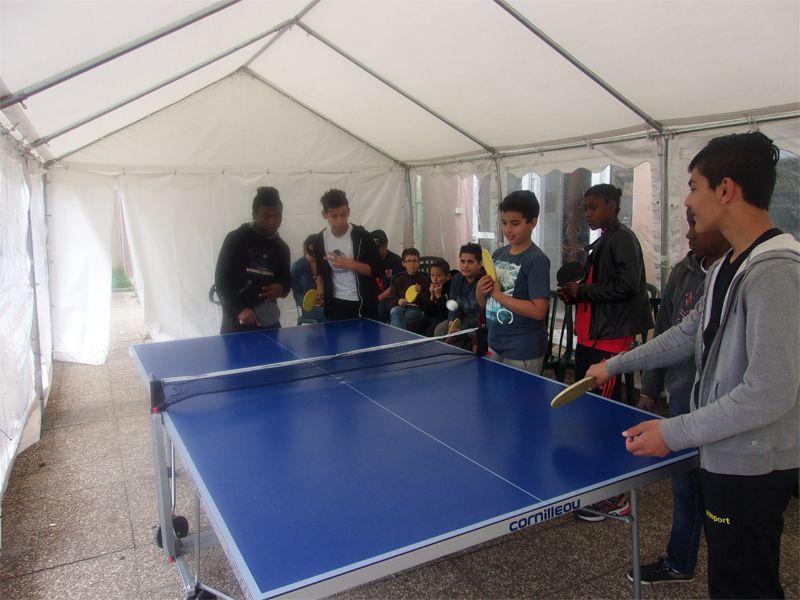 Enfants et ados jouant au tennis de table en colonie de vacances