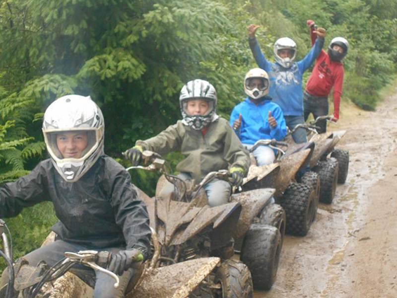 Adolescents en randonnée en quad en colonie de vacances