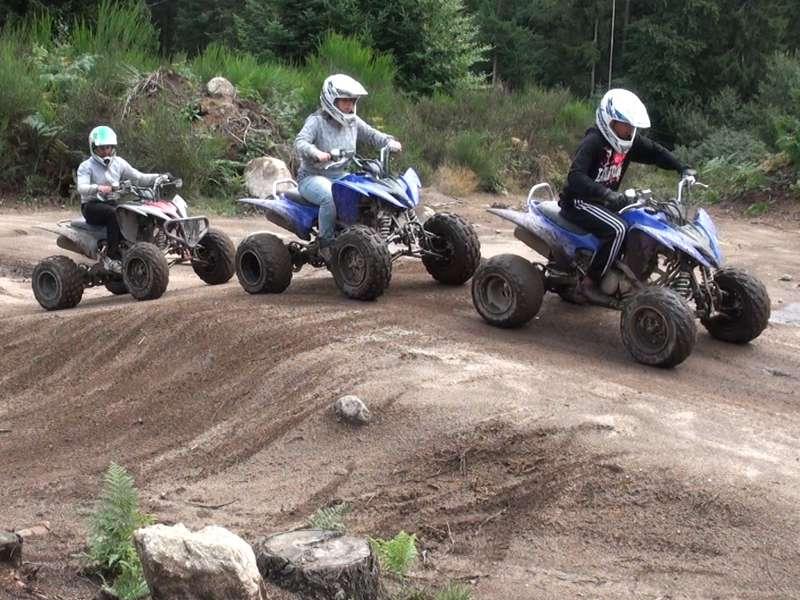 Groupe d'enfants faisant du quad en colonie de vacances