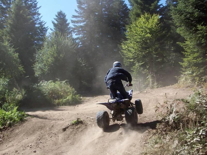Enfant conduisant un quad en colo