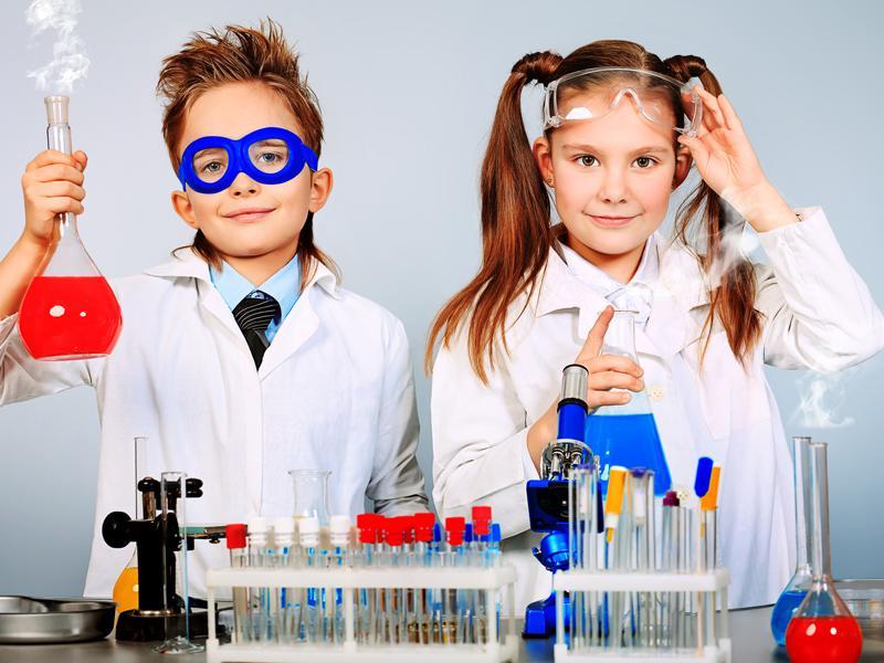 Enfants chimistes faisant des expériences scientifiques en colonie de vacances