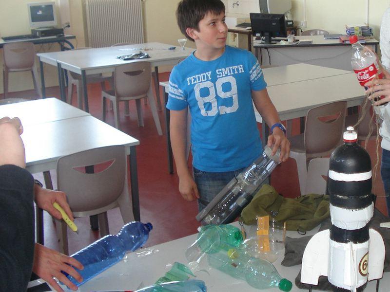 Enfants apprenant à construire une fusée à eau en colo