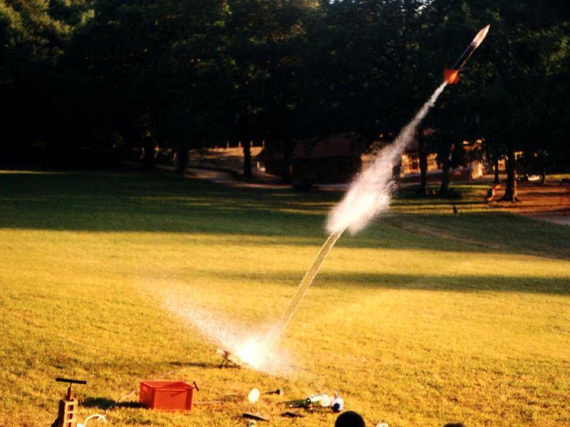 Expérience scientifique de la fusée à eau en colonie de vacances