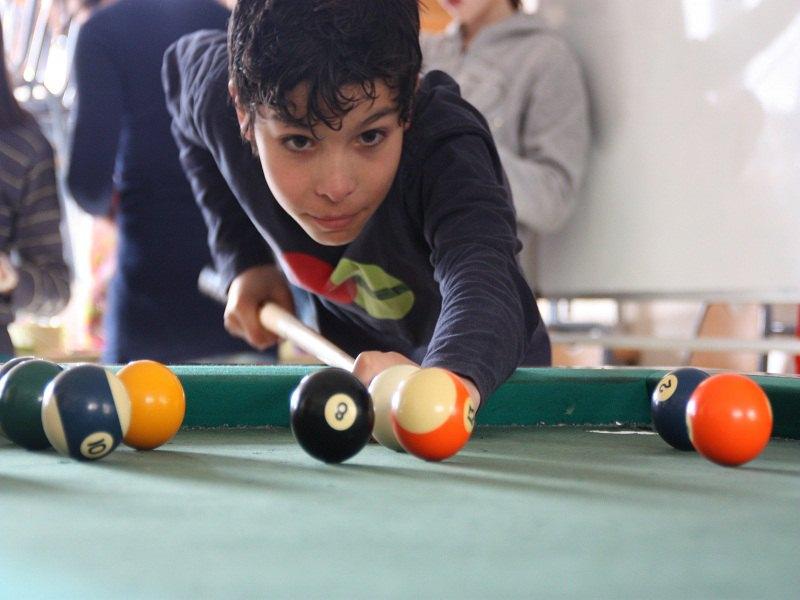 Ados de 12 ans jouant au billard en colonie de vacances