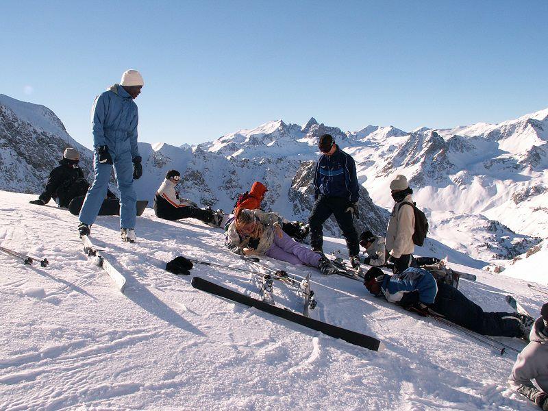 Groupe d'ados en colonie de vacances à Courchevel sur les pistes de ski