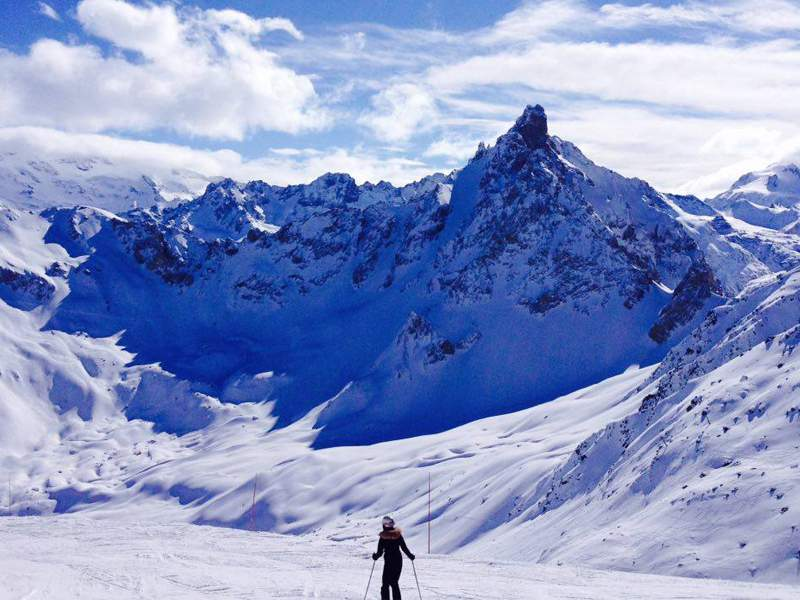 Adolescent sur les pistes de ski