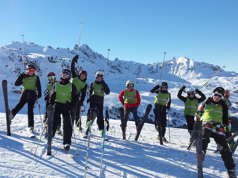 Groupe d'ados à ski en colo