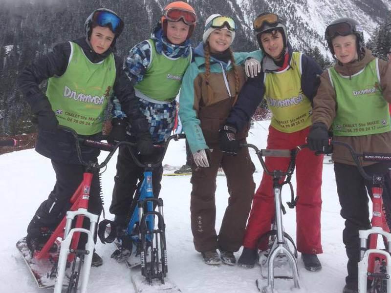 Groupe d'ados faisant du snowscoot en colo