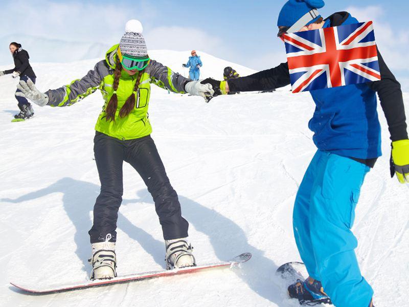 Ados apprenant à faire du snowboard en colo