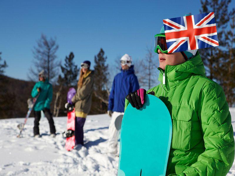 Groupe d'ados sur les pistes de ski avec leur planche de snow