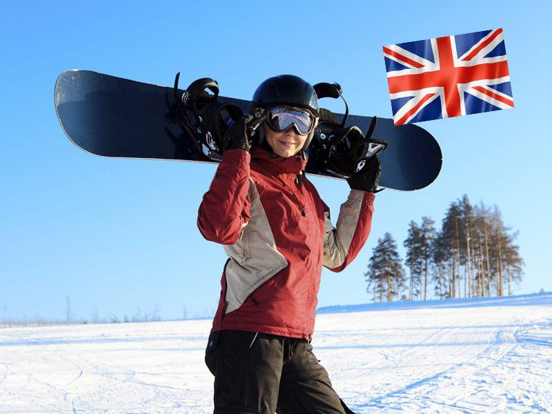 Adolescente sur les pistes de snowboard en colo