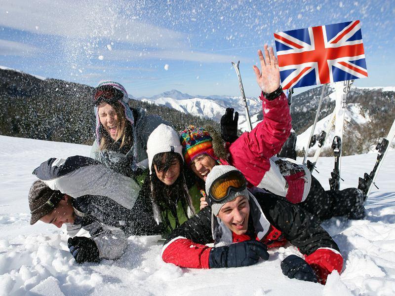 Groupe d'ados à la neige en colonie de vacances