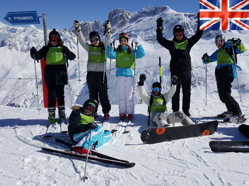 Groupe d'enfants sur les pistes de ski en colo à Courchevel