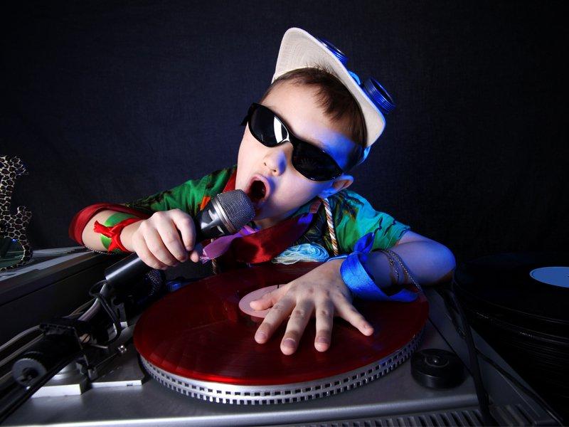 Jeune enfant faisant tourner les platines en colonie de vacances