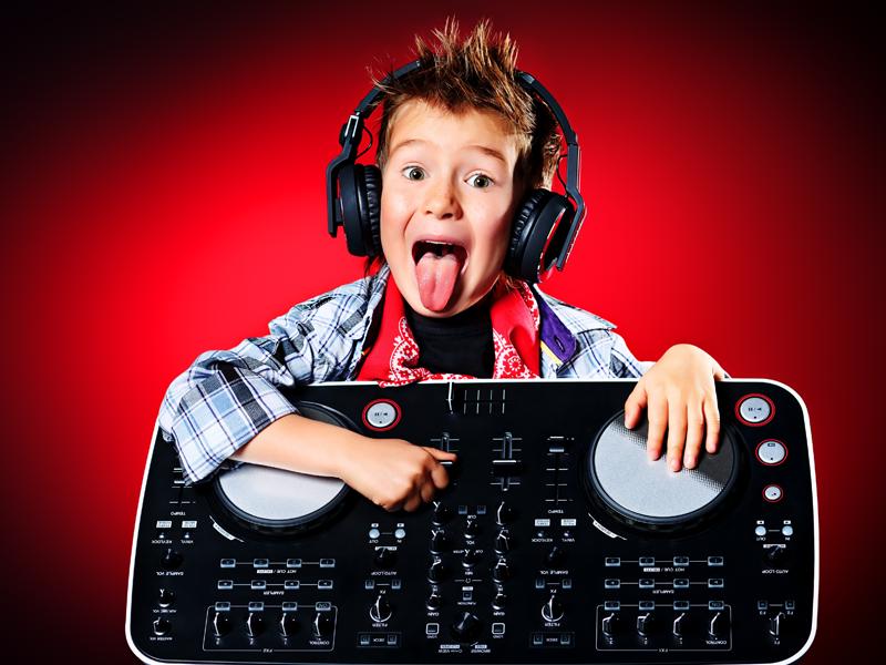 enfant aimant la musique en colonie de vacances artisitques