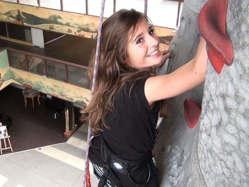 Escalade sur mur artificiel en colo