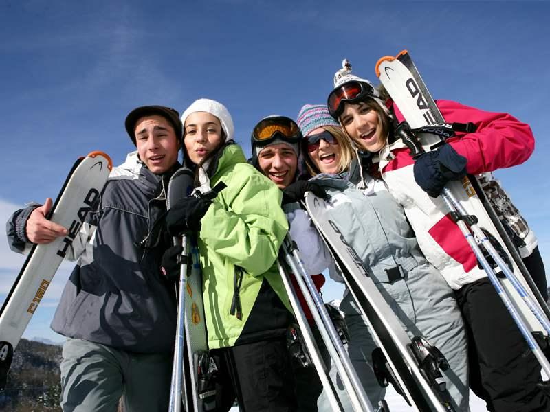 Groupe d'ados sur les pistes de ski à Courchevel