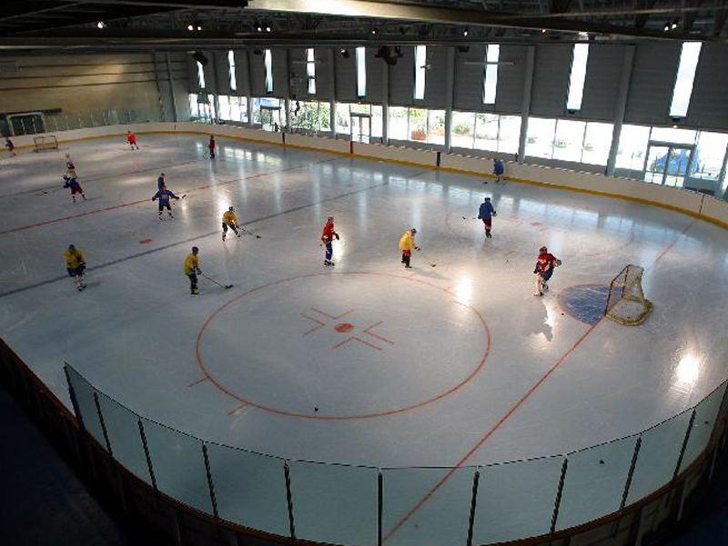 Adolescents sur la patinoire de Courchevel