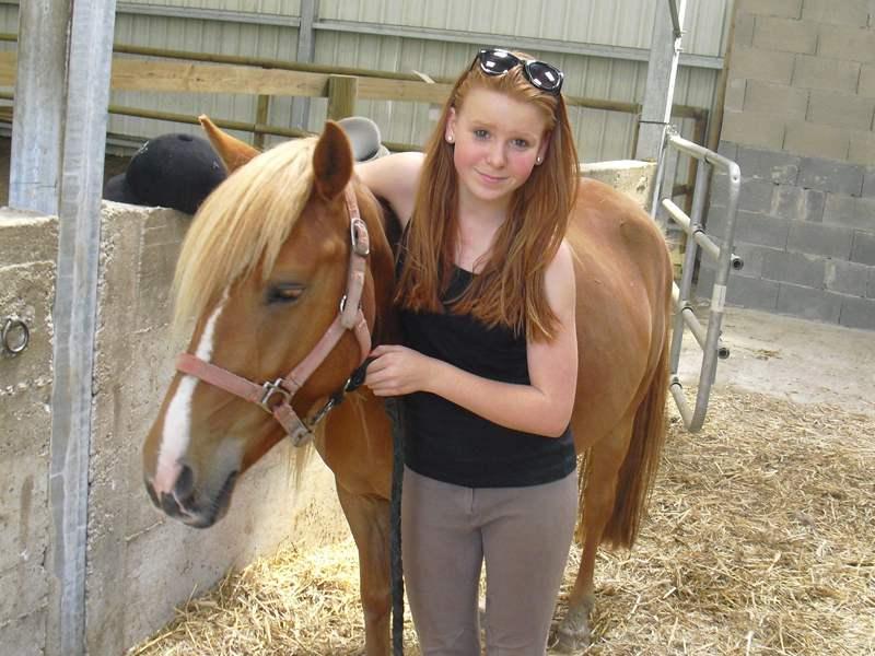 Adolescente avec son cheval en colo