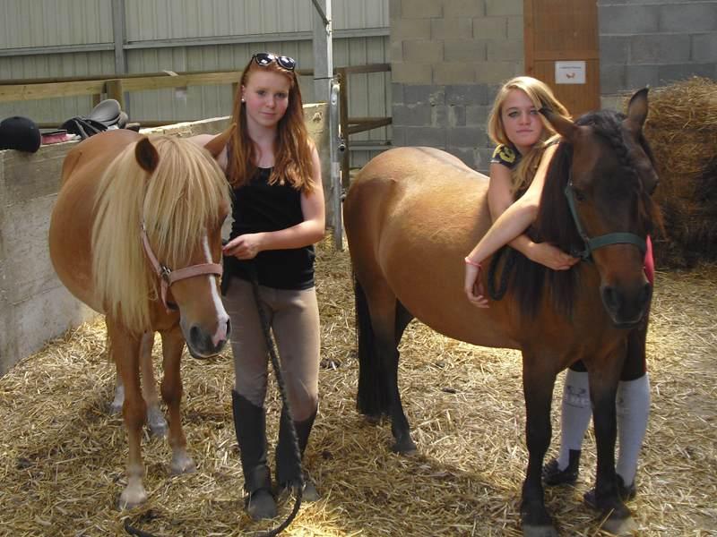 Adolescentes avec leur cheval en colonie de vacances