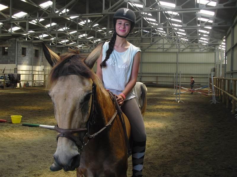 adolescente faisant de l'équitation en colonie de vacances auvergnate