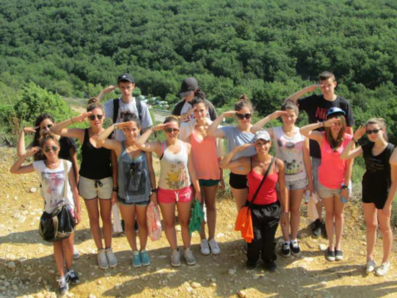 groupe d'adoolescents en randonnée en colonie de vacances