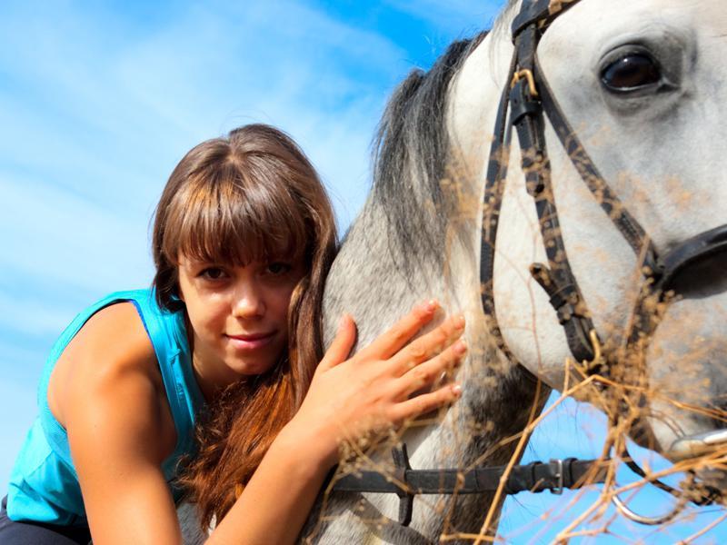 portrait d'une jeune ado avec son cheval