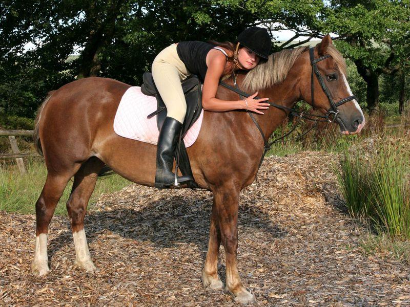 adolescente sur son cheval en colo