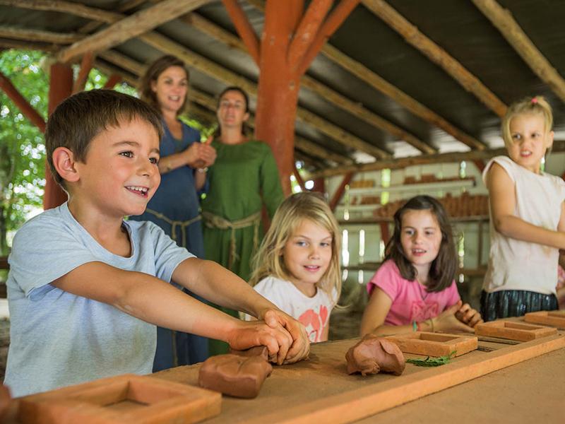 Enfants apprenant la poterie en colonie de vacances moyen age