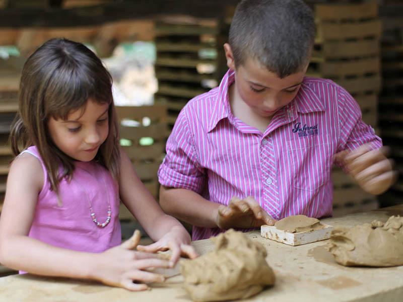 enfants faisant de la poterie en colo médiévale
