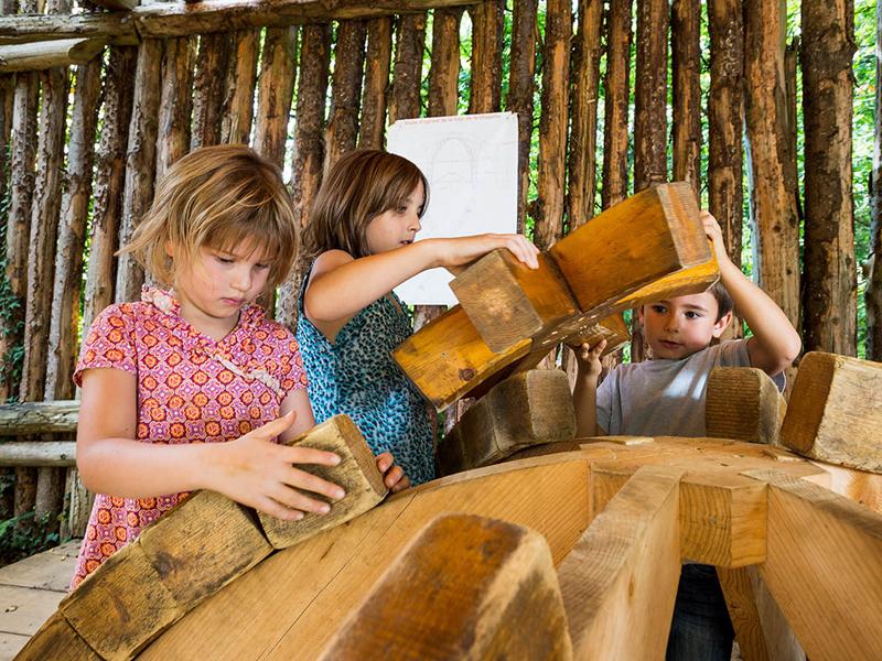 enfants faisant des casse tete en colonie de vacances moyen age cet été