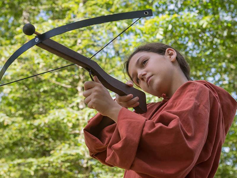 jeune ado apprenant à tirer à l'arc en colo moyen age