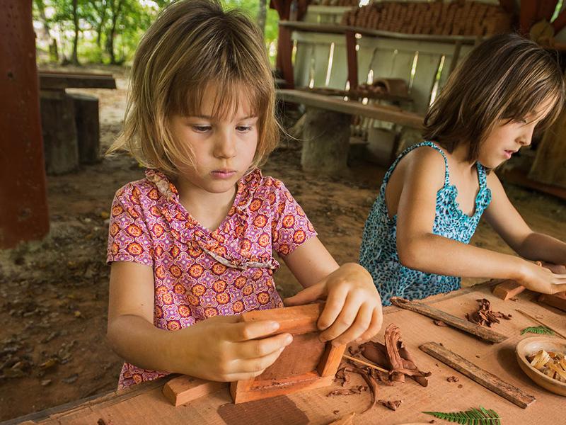 Enfants apprenant à faire de la poterie en colo comme au moyen age
