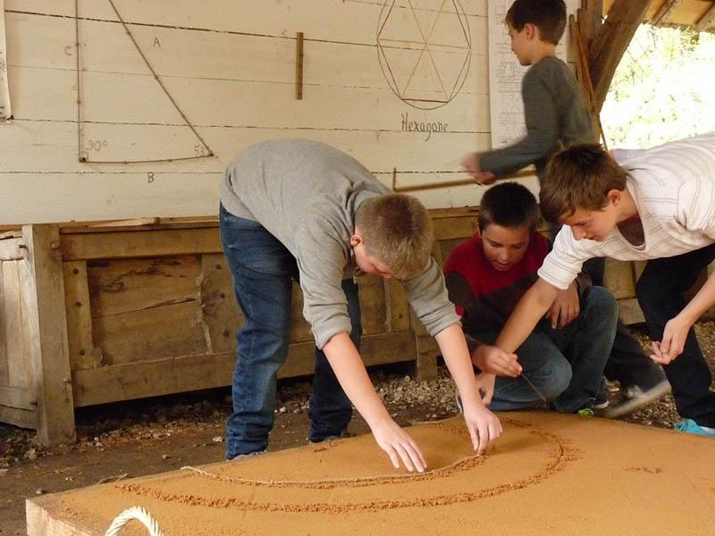 enfants utilisant la corde comme outil de mesure en colo moyen age