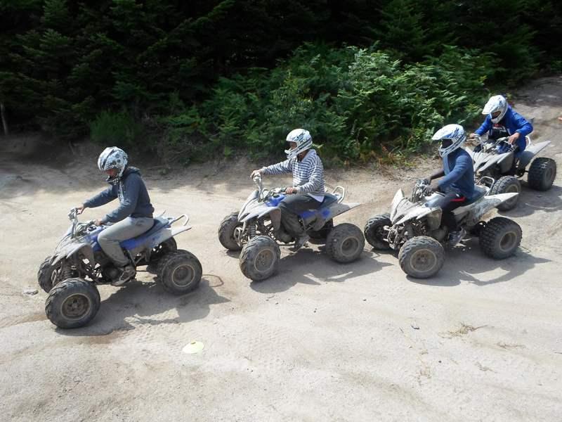 Jeunes qui font du quad sur un parcours dédié lors d'une colo de vacances Activfun