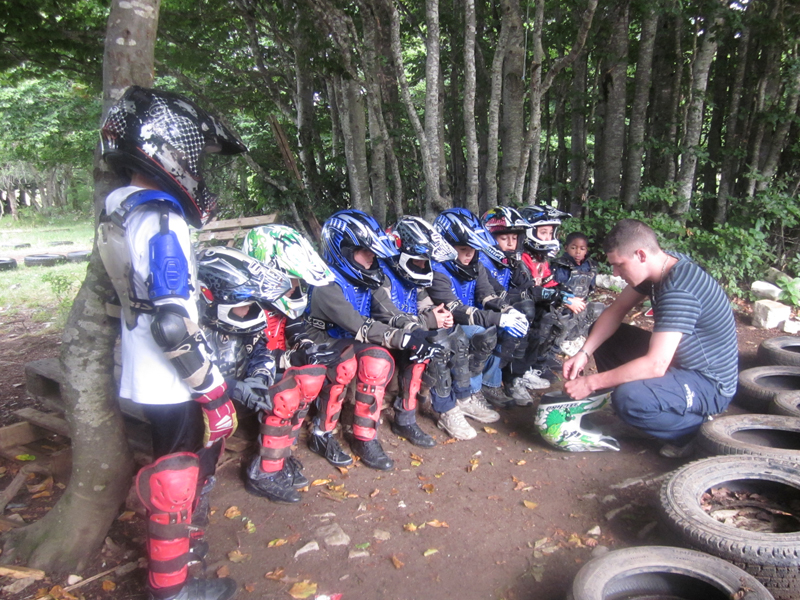Groupe d'enfants apprenant à utiliser une moto