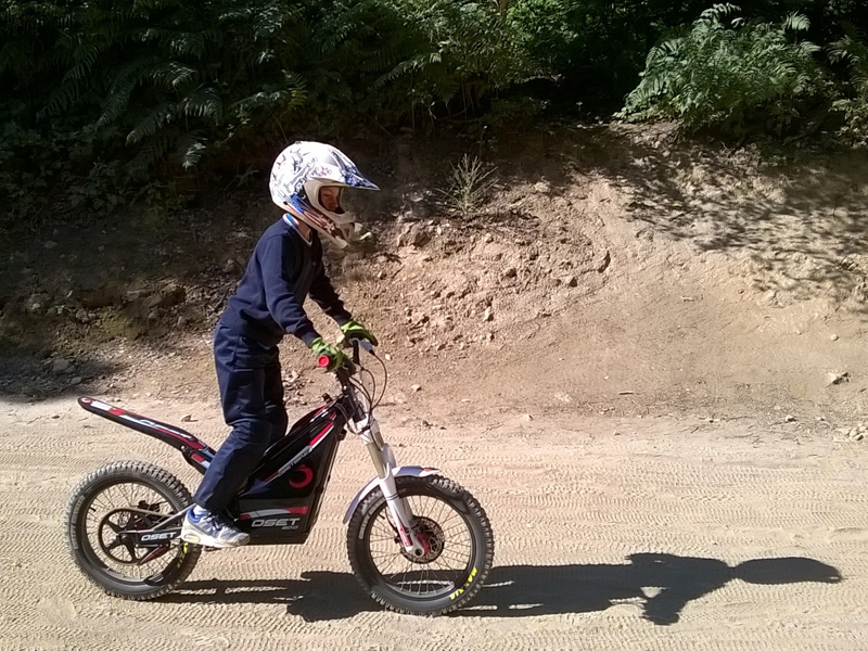 Enfant en colonie de vacances apprenant à faire de la moto