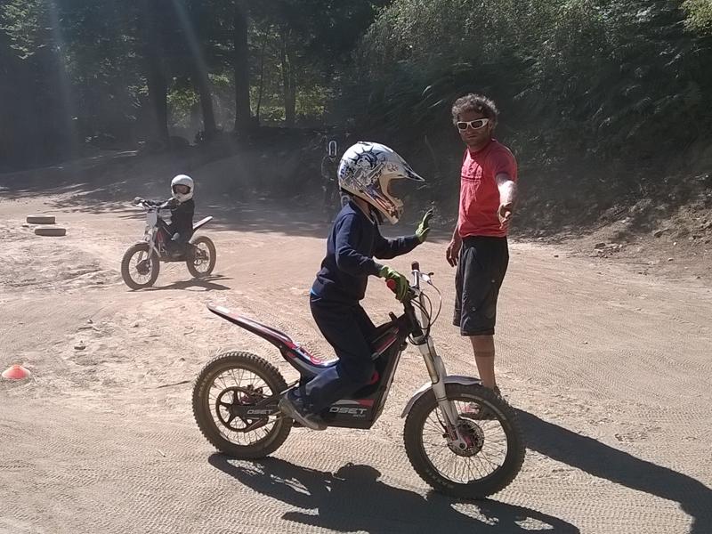 Enfant conduisant une moto en colonie de vacances