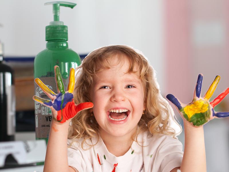 portrait d'une fillette faisant de la peinture en colonie