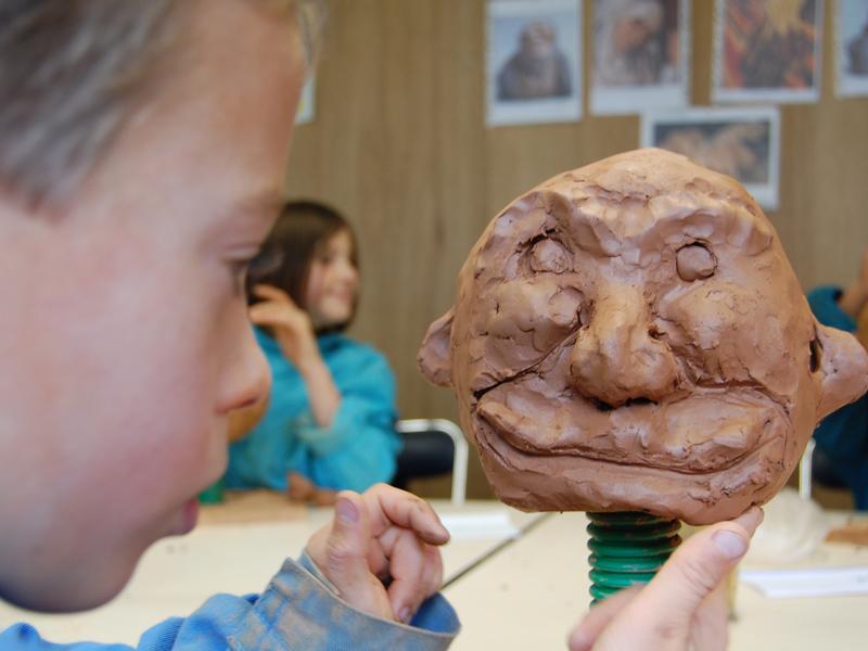 enfant faisant de la sculpture en colonie de vacances