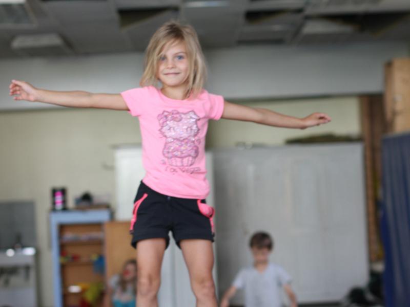 jeune fille apprenant les arts du cirque en colonie de vacances ce printemps