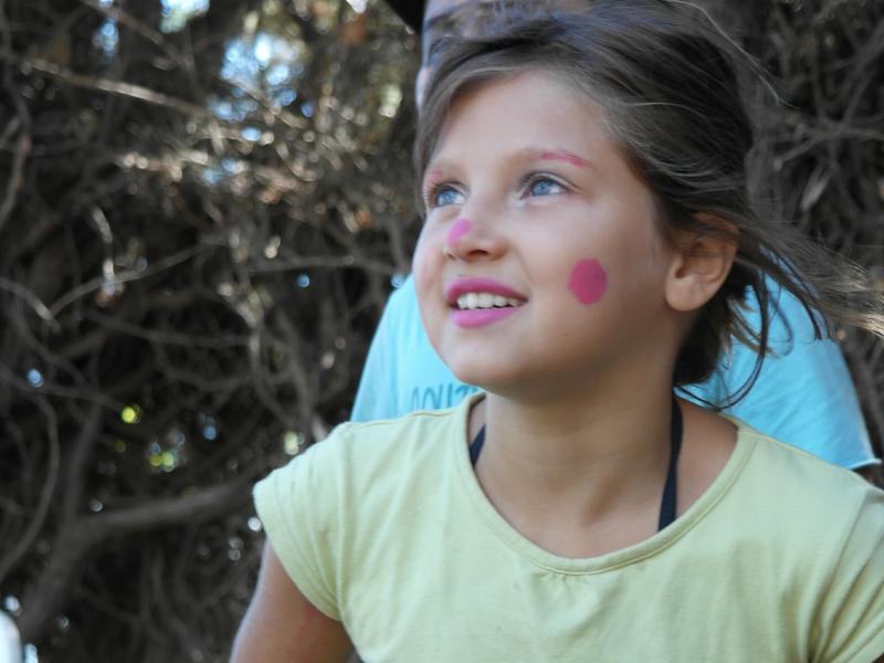portrait d'une jeune fille avec un maquillage artistique en colo