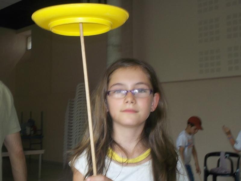 portrait d'une jeune fille apprenant les arts du cirque en colonie de vacances ce printemps